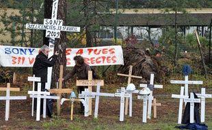 Des salariés du site de Sony dans les Landes plantent des croix devant l'entreprise, le 17 avril 2009, lors d'un rassemblement pour marquer par une journée d'action la fermeture effective de l'usine qui employait 311 salariés dans la fabrication de bandes vidéos.