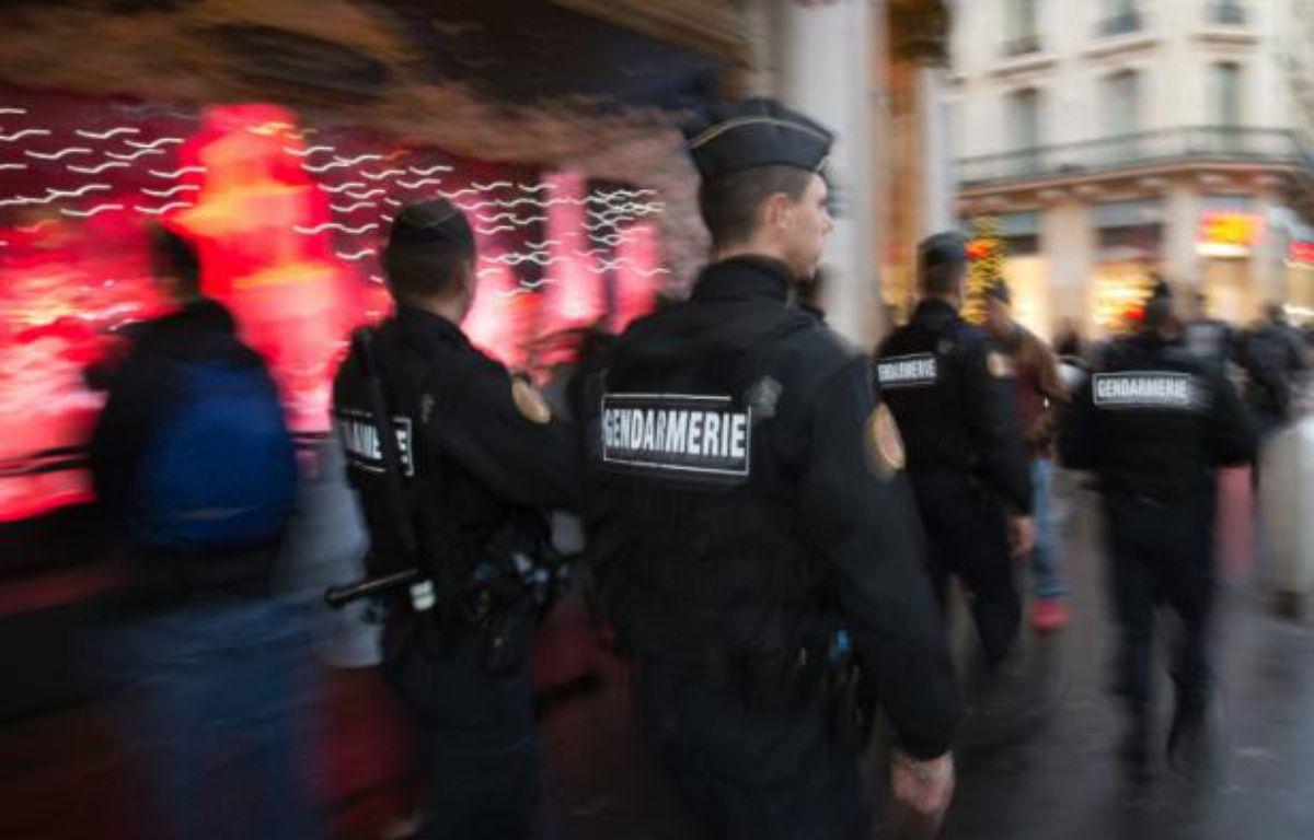 Des gendarmes en patrouille devant les grands magasins le 19  novembre 2015 à Paris dans le cadre du plan Vigipirate – JOEL SAGET AFP