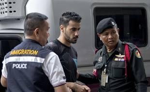 L'ancien joueur de l'équipe nationale de football de Bahreïn Hakeem Al-Araibi (au c.) en route pour le tribunal à Bangkok, le 11 décembre 2018.