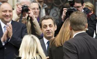 """Jusqu'au dernier jour, ses partisans ont voulu croire à un miracle. En vain. Au terme de cinq ans d'une """"hyperprésidence"""" énergique mais souvent brutale, Nicolas Sarkozy a été battu dimanche, victime de son impopularité, de ses excès et de la crise."""