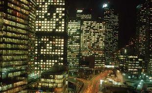 Dans le quartier d'affaires de La Défense, à Paris, des bureaux restent allumés toute la nuit.