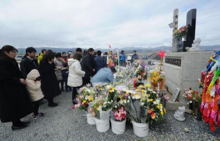 Le Japon a rendu hommage dimanche aux milliers de victimes du séisme et du tsunami qui ont ravagé il y a un an les côtes nord-est de l'archipel, provoquant la plus grave catastrophe nucléaire au monde depuis un quart de siècle.