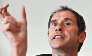Des étudiants de Sciences Po Paris ont interpellé lundi, dans une tribune à Libération, le directeur de l'établissement Richard Descoings sur son salaire, en lui reprochant notamment l'opacité sur les primes versées aux cadres dirigeants et des justifications récentes en la matière.