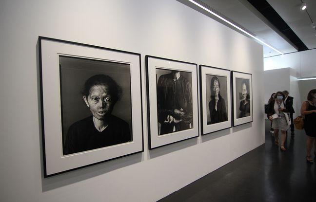 Les portraits de femmes brûlées au napalm réalisés par le photographe Richard Avedon. Ici exposée à Rennes lors de la présentation de l'exposition Pinault.