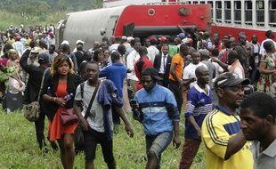Des passagers sortent du train assurant la liaison Yaoundé-Douala, qui a déraillé près de la gare d'Eseka, au Cameroun, le 21 octobre 2016