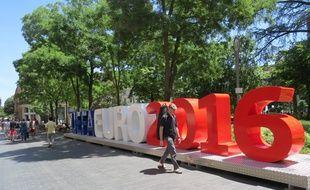 La sculpture offerte par l'UEFA à la ville de Toulouse en vue de l'Euro 2016.