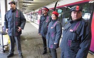Des agents des équipes mobiles de ligne (EML), chargés de la prise en charge des voyageurs, sur l'ensemble des lignes SNCF Transilien, le 3 février 2014