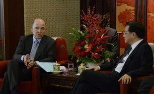 """Le ministre français de l'Economie et des Finances, Pierre Moscovici, a déclaré mardi à Pékin souhaiter """"voir s'installer un dialogue économique de haut niveau"""" avec la Chine, lors d'un entretien avec le futur chef du gouvernement chinois, Li Keqiang."""