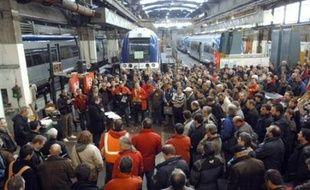 Le pouvoir a réussi à éviter une grève aussi longue qu'en 1995 sur les régimes spéciaux, mais le climat social reste lourd, avec des tensions possibles dans les négociations à la SNCF avant Noël et un mécontentement croissant sur le pouvoir d'achat.