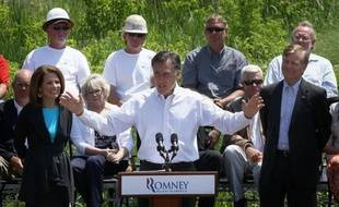 Débarrassé de ses adversaires républicains, Mitt Romney se concentre sur les Etats décisifs pour la présidentielle de novembre, au moment où un sondage montre qu'il gagne du terrain face au président démocrate sortant Barack Obama dans deux de ces Etats.