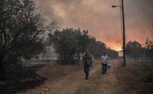 Des habitants d'une commune située au nord d'Athènes, le 3 août 2021.