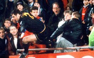 Eric Cantona frappe un spectateur de Crystal Palace, le 25 janvier 1995.