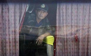 Le preneur d'otages Rolando Mendoza, à Manille, aux Philippes, regarde par la fenêtre du bus où il détient 16personnes, lundi 23août 2010.