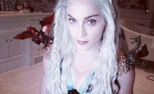 Madonna déguisée en Daenerys Targaryen.