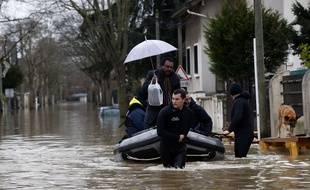 Villeneuve-Saint-Georges (Val-de-Marne), le 25 janvier 2018. - Des habitants évacués à la suite de la crue de la rivière Yerres.