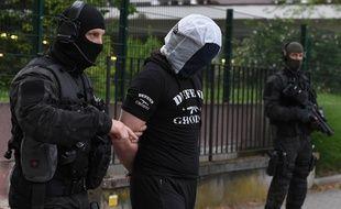 Un ami de l'auteur de l'attaque au couteau perpétrée en mai à Paris, arrêté le lendemain dans le quartier de l'Esplanade à Strasbourg.