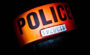 Le brassard d'un policier en civil. Illustration.