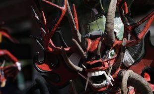 Un homme déguisé en diable lors d'un festival en Equateur, le 5 janvier 2016.