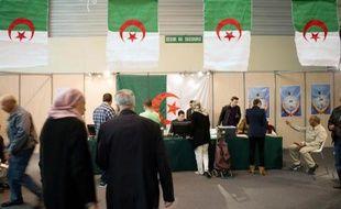 Des Algériens se préparent à voter dans un bureau installé au parc Chanot, à Marseille, le 12 avril 2014