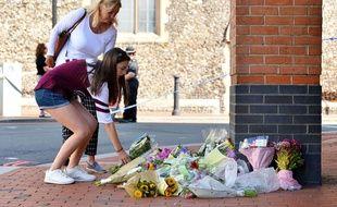 Des fleurs pour rendre hommage aux victimes de l'attaque terroriste qui a eu lieu dimanche à Reading, au Royaume-Uni.