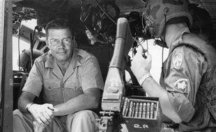 Robert McNamara, alors secrétaire d'Etat américain à la Défense, lors d'une visite au Vietnam le 18 juillet 1965.