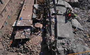Des sauveteurs sont à la recherche de survivants le 5 janvier 2014 parmi les décombres d'un immeuble à Nairobi qui s'est effondré
