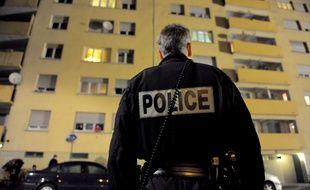 Illustration. Policier devant un immeuble la nuit.Le 03 11 2009.