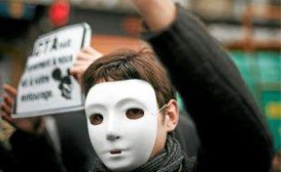Les Anonymous ont défilé samedi (ici à Paris) dans une trentaine de villes.