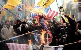 """Plusieurs milliers d'Iraniens ont célébré lundi à Téhéran le 34e anniversaire de la prise d'assaut de l'ambassade des États-Unis aux cris de """"mort à l'Amérique"""", malgré un contexte de rapprochement entre les deux pays ennemis."""