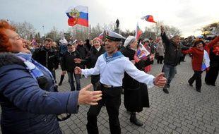 Des partisans du rattachement de la Crimée à la Russie dancent de joie à Sébastopol, le 16 mars 2014