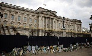 Des fleurs déposées en hommage au duc d'Édimbourg, devant Buckingham Palace, à Londres, le 13 avril 2021.