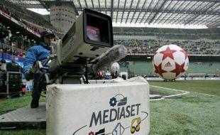 Une caméra de Mediaset dans le stade San Siro à Milan, le 16 janvier 2005