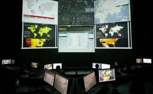 Les multiples écrans d'ordinateur du centre pour le partenariat international multilatéral contre les cyber-menaces (IMPACT), situé en Indonésie.