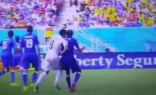 Luis Suarez, pris en flagrant délit de morsure contre l'Italie, le 24 juin 2014 au Brésil.