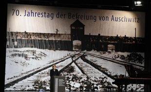 La chancelière allemande Angela Merkel pendant une cérémonie de commémoration du 70 anniversaire de la libération du camp d'extermination nazi d'Auschwitz, le 26 janvier 2015 à Berlin
