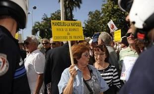 Des manifestants protestent contre le film «Hors la loi» de Rachid Bouchareb, qu'ils accusent de falsifier l'Histoire, le jour de sa projection en compétition du 63e Festival de Cannes, le 21 mai 2010.
