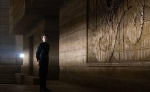 Timothée Chalamet face au monument « Dune »