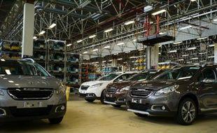 Des voitures de PSA dans une usine de Mulhouse, le 7 mai 2013