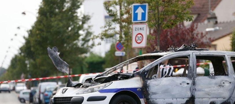 Une voiture de police brûlée le 8 octobre 2016 à Viry-Châtillon.