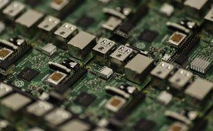 Illustration de circuit et puce électronique.