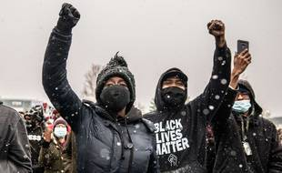 Des manifestants défilent près du département de police le 13 avril 2021 à Brooklyn Center, Minnesota, après le meurtre de Daunte Wright.