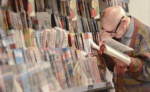 Un homme lit une revue. Photo d'illustration.