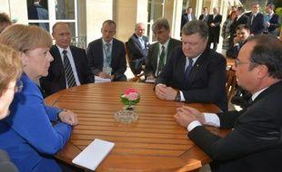 De droite à gauche, la chancelière Angela Merkel, le président russe Vladimir Poutine, le président ukrainien Petro Porochenko et le président français, François Hollande, le 2 octobre 2015 à Paris pour tenter de faire avancer la paix en Ukraine