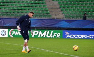 Le gardien de but du Stade Rennais Benoît Costil, ici avec les Bleus lors d'un rassemblement à Rennes en novembre 2014.
