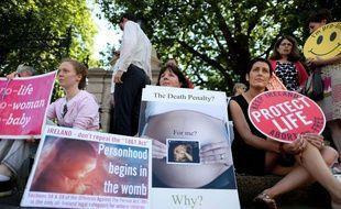 Des manifestants anti-avortement lors d'un rassemblement à Dublin, en juillet 2013.
