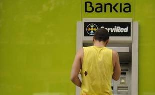 L'Espagne, au coeur de la tempête dans la zone euro, s'apprête à officialiser sa demande d'aide pour ses banques, sans parvenir à gommer les inquiétudes sur un sauvetage global de son économie, un scénario extrême qui pourrait peser plusieurs centaines de milliards d'euros.