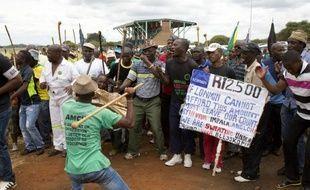 La grève chez les trois premiers producteurs mondiaux de platine en Afrique du Sud est entrée jeudi dans sa deuxième semaine, les mineurs ayant rejeté une offre patronale d'augmentation salariale étalée sur trois ans.