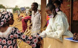 Le 28 mars 2015, au Sierra Leone des officiers de santé vérifient que les habitants n'aient pas le virus Ebola.