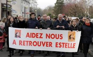 Eric Mouzin (C) à la tête de la marche silencieuse pour ne pas oublier sa fille Estelle, disparue il y a 15 ans, le 13 janvier 2018 à Guermantes.