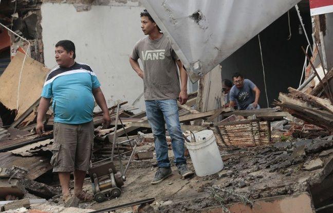 Des hommes dans les gravats à Portoviejo après le puissant séisme qui a frappé l'Equateur, le 17 avril 2016.